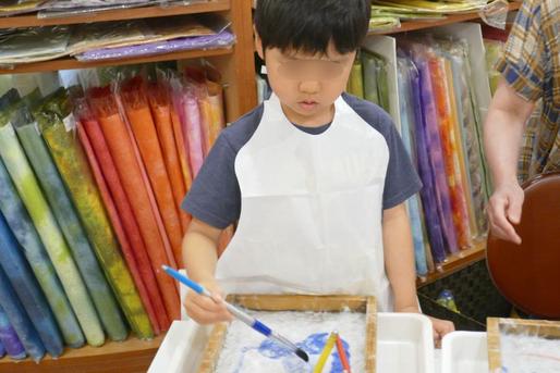 幼稚園児クラスの紙すき体験ですいた和紙に顔料で色つけをしました