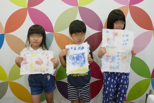幼稚園児クラスの紙すき体験で、和紙が出来上がり、みんなで記念写真をとりました。