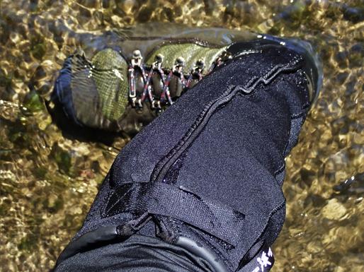 """ゲーター装着例。シューズはシムスの""""旧""""G3ガイドブーツ。こんなヘビーなブーツでも使えます。もっとも、同社製なら現行品のフライウェイト・ブーツなど、タンやアッパー素材が薄いもののほうがゲーターの装着は楽に。あ、ソックスは、Patagonia社のユーレックス・ウェーディング・ソックス(下)もエコロジカルな良品です。素材の厚さは2㎜。私ももちろん使っています。そうだ! タイツの上はいつもPatagonia社のバギーズ・ショーツです。こちらは夏の大定番、ウン十年来の夏の相棒です。おすすめ。"""
