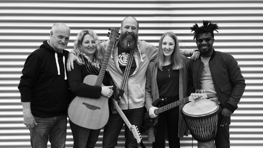 v.l. Erwin Pobatschnig (Backgroundvocal), Claudia Peuckert (Lobpreisleiterin, Mainvocal, Klavier), Stephan Peuckert (Gitarre, E-Gitarre, Backgroundvocal), Katharina Peuckert (Bass), Maxwell Asare Bediako (Drums, Percussion)