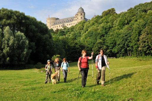 Wanderer an der Wewelsburg, Foto: Peter Finke, Touristikzentrale Paderborner Land e. V.