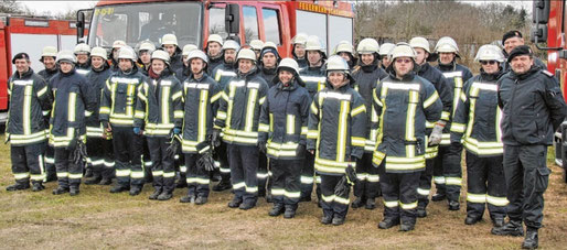 Nach Bestehen des ersten Lehrgangs erwartet die 27 angehenden Feuerwehrkameraden und deren Ausbilder um Amtswehrführer Matthias Venohr (r.) nun eine weitere Ausbildung beim Kreisfeuerwehrverband Steinburg.