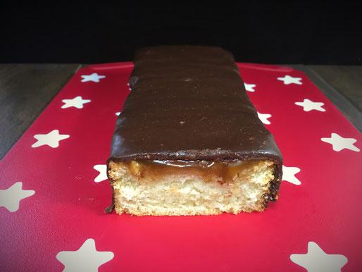 Twix-Kuchen selbst gemacht aus hellem Rührkuchen mit Karamellsoße und Schokoladenglasur aus dem Thermomix, vegan