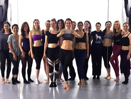 2. Training in Berlin mit 4 Probeschülerinnen! *Ich 4. von links als angehende Essence of Bellydance Lehrerin.*