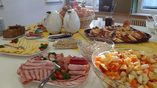 Bild eines reich gedeckten Frühstücksbuffets