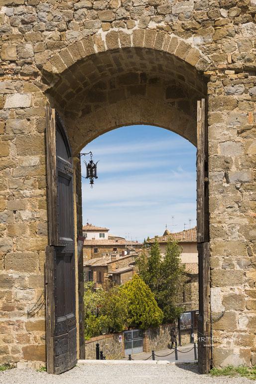 Doorkijkje Alba, Piemonte, Italie. | Compositie