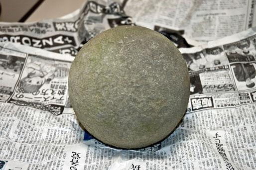 これがその不思議な「丸い石」 直径18センチある。まったく手を加えていない自然石です。この石には目が付いています。