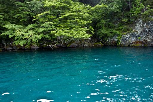 洞窟前の「瑠璃色の十和田湖ブルー」