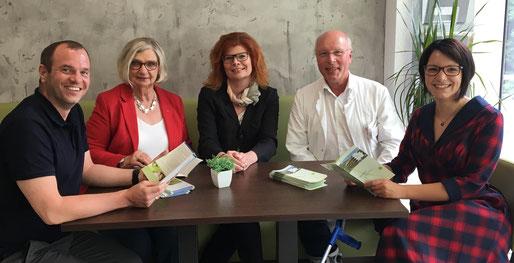 von links nach rechts: Jonas Hager (2. Vorsitzender FkTN e.V.), Helga Mascke (1. Vorsitzende Sonnenweg e.V.), Susanne Knorr (stellv. Vorsitzende Sonnenweg e.V.), Dr. Fr. Migeod (Chefarzt BioMed Klinik), Lena Erdnann (1. Vorsitzende FkTN e.V.)