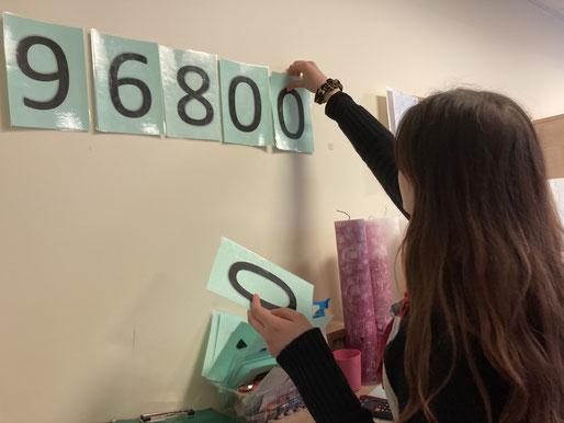 Fast 100.000 Kerzen wurden verkauft: Isabell bei ihrer Arbeit in der Kerzenwerkstatt.