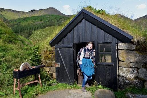Johanna Meyer in einem alten isländischen Wohnhaus