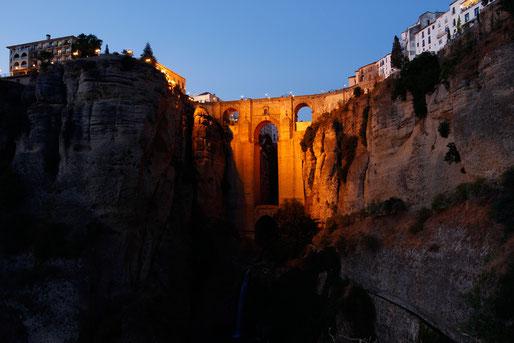 Die erleuchtete Puente Nuevo in Ronda
