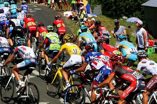 Feld-mit-Radfahrern-Tour-de-France