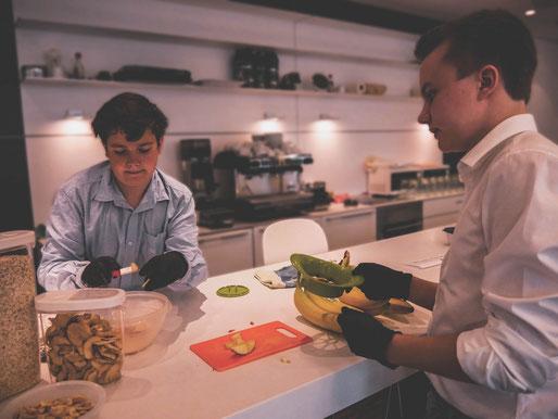 Pascal und Lukas bereiten das Müsli-Frühstück in einer Anwaltskanzlei vor