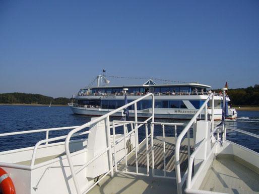 Nach der Teilung der Schiffe: Der Katamaran dreht vor unserem kleinen Boot ab und nimmt seinen eigenen Kurs auf.