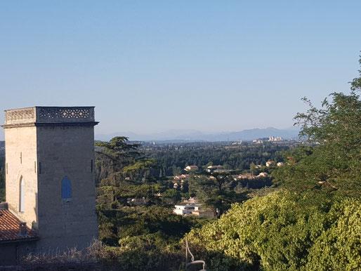 Der Blick von einem Felsen quer über die Provence und Avignon
