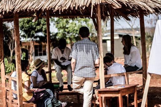 Gruppenarbeit im Parvillion vor den Klassenzimmern.
