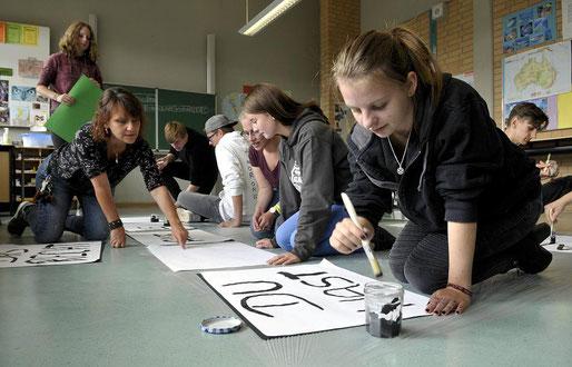 Die zentrale Gedenkstunde des Landes NRW zum Volkstrauertag findet im Gymnasium Korschenbroich statt. Die Schüler der Geschichtswerkstatt bereiten mit Geschichtslehrerin Eva Hermanns aktuell Teile des Programms vor. FOTO: I. Raupold