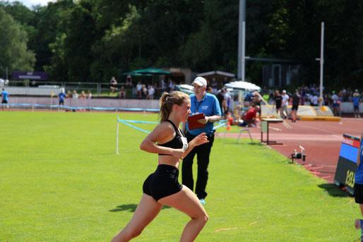Sophie Hellmuth beim 800m Lauf