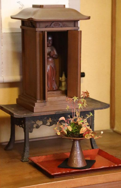 「厨子」「聖徳太子像」初代後藤久慶、「八角高坏銅器」竹内あきじ、「苔玉」影山学