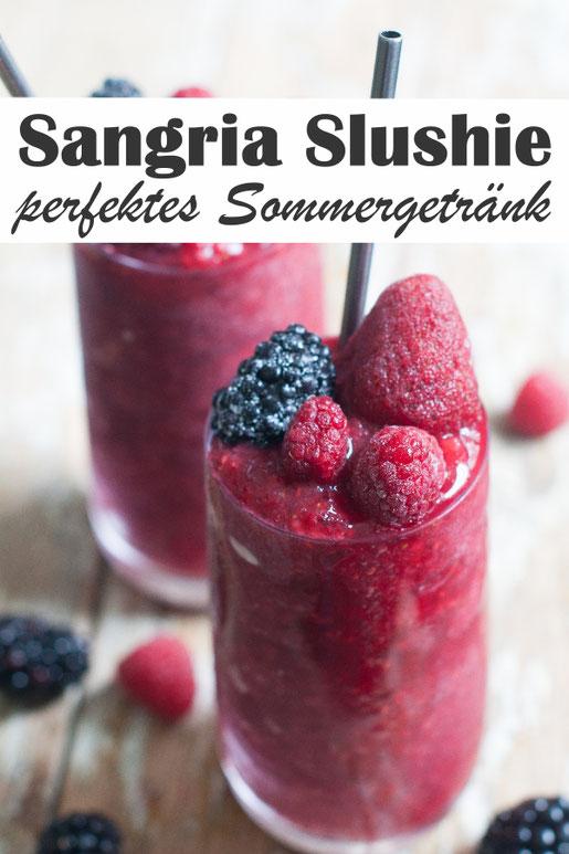 Den Sommer genießen - mit diesem leckeren Sommergetränk: Sangria Slushie - ein Mix aus gefrorenen Früchten, Saft, Rotwein, Rum und Orangenlikör - unbedingt ausprobieren.