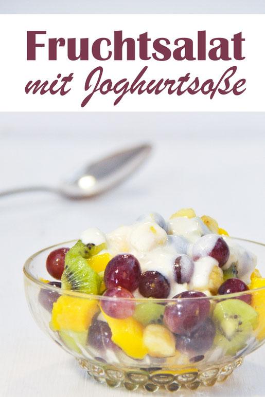 Fruchtsalat mit Kiwis, Weintrauben, Mangos und einer Joghurtsoße die mit Zitrone verfeinert ist