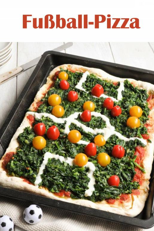 Fußball Pizza mit Spinat als Rasen und Tomaten als Spieler, zur Fußball WM oder EM