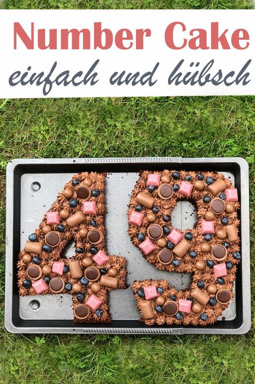 """Einen """"Number Cake"""" oder """"Zahlenkuchen"""" zu machen, ist gar nicht schwer, sondern einfach! Ich habe einen Schoko-Blechkuchen gebacken, die Zahl ausgeschnitten, mit Schoko-Schmand-Sahne und Süßigkeiten dekoriert, vegan möglich, Thermomix"""