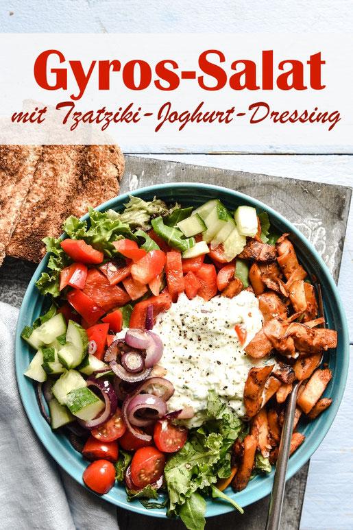 Gyros Salat Bowl mit Paprika, Gurken, Wildkräutersalatblättern, roten Zwiebeln und Gyros (in unserem Fall Veggie-Gyros), dazu ein Tzatziki Dressing, das mit Joghurt gemacht wird, vegan möglich, Dressing aus dem Thermomix