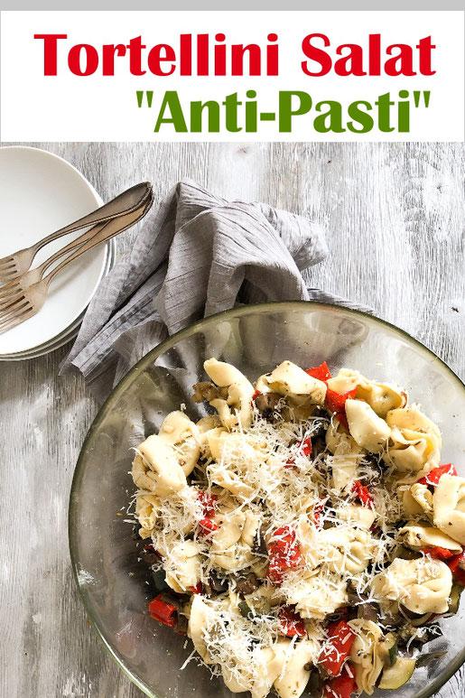 Tortellini Salat Anti Pasti - großartiger Salat für das Buffet, Sommerfest, Geburtstag - Gemüse wie Zucchini, Aubergine und Paprika sowie Pilze marinieren, dünsten und mit gekochten Tortellini vermischen, mit Parmesan bestreuen.