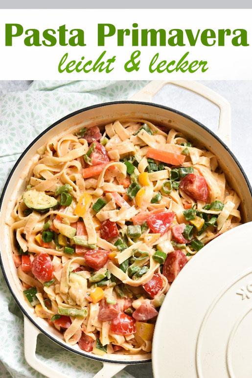 Pasta Primavera mit Paprika, Zucchini, Frühlingszwiebeln, Möhren, Tomaten - Bandnudeln mit einer leichten Soße und Gemüse, als all in one Gericht aus dem Thermomix, vegetarisch, vegan machbar