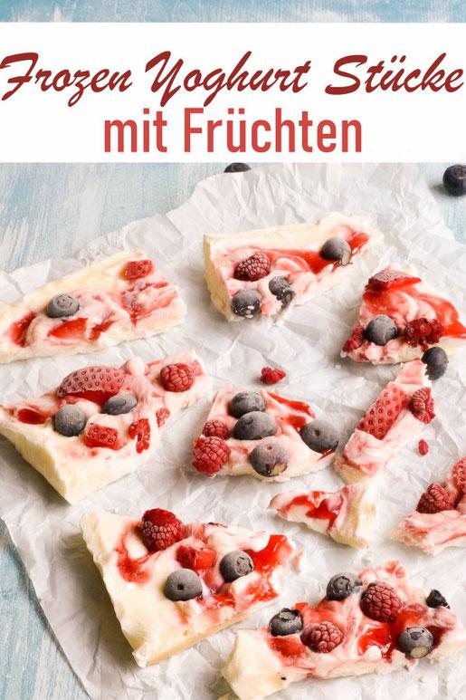 Frozen Yoghurt Stücke mit Früchten, leckerer Erfrischungssnack bei heißem Wetter, vegan möglich