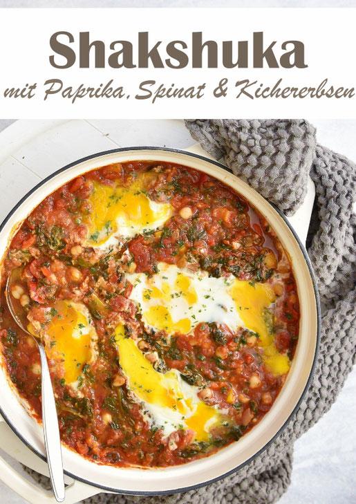 Shakshuka mit Tomaten, Kichererbsen, Spinat und Ei, israelisches Frühstück, vegetarisch