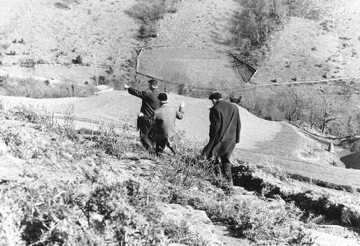 Passage clandestin d'immigrés portugais à travers les Pyrénées, mars 1965 G. Bloncourt - Musée national de l'histoire et des cultures de l'immigration, CNHI