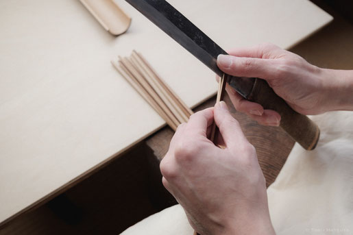 煤竹を薄く剥ぎます。この後さらに薄く細く、幅や厚みを整えます