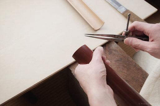 煤竹を細かに割るための目印をつけます