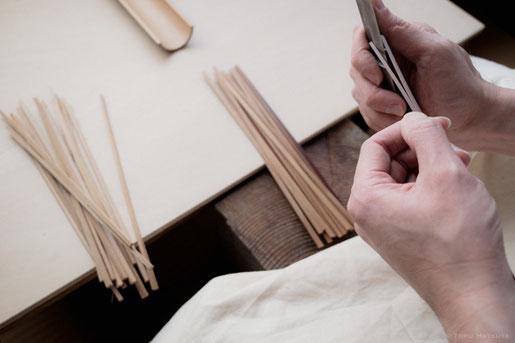 煤竹を細く裂いて、薄く剥ぐことを繰り返します
