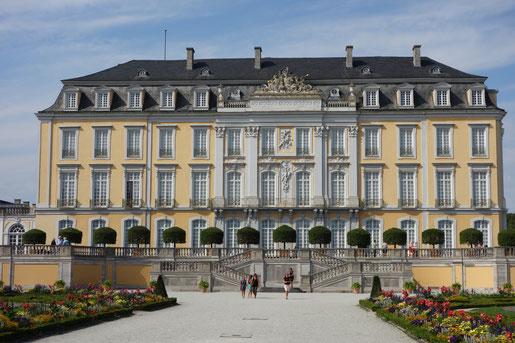 Castello Brühl, 20 chilometri da Colonia, alla stazione centale parte un treno diretto ogni 15 minuti