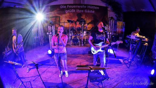 Partyband Sicherheitshalbe beim Sommerfest der Freiwilligen Feuerwehr in Hütten  am 04.08.2018, verlinkt zum Facebook - Fotoalbum