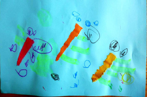 モンテッソーリの活動で、フィオーレコースの幼児(2歳児)がトンボのお絵かき。目を羽根をしっかり描くことができました。