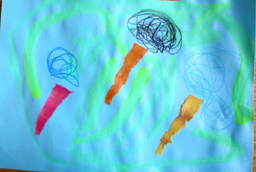 モンテッソーリの活動で、フィオーレコースの幼児(2歳児)がトンボを描きました。生き生きと空いっぱいに描かれた羽根が」印象的です。