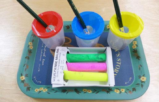 モンテッソーリの活動でキャップ付きの筆立てを導入。幼児が筆を安心して使えるため、お絵かきの活動がスムーズにできます。