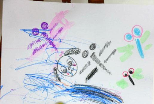 モンテッソーリの活動で、ステッラコースの幼児(1歳児)がお母さんといっしょにお絵かき。青と黒のクレヨンで線をたくさん描きました。
