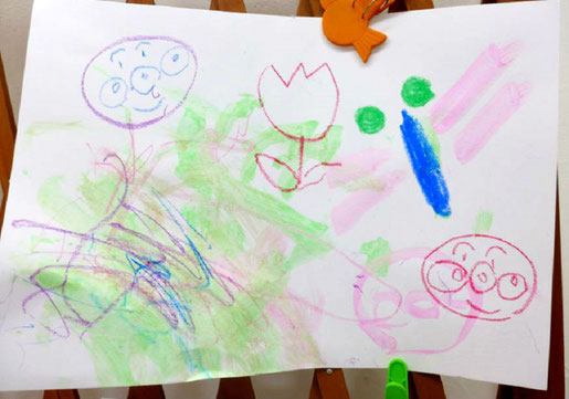 ステッラコース(1歳j時)がお母さんといっしょにお絵かき。絵の具とクレヨンで楽しそうな線が描けました。