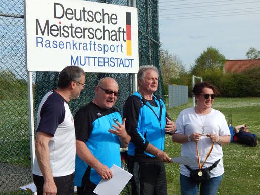 Dr. Klaus Lutter (links), der Leiter der Phoenix-Sägerknaben, mit Bernhard Tretter und Gerhard Zachrau beim Absingen des Pfälzer Liedes (oder sonst irgendetwas Lustigem).