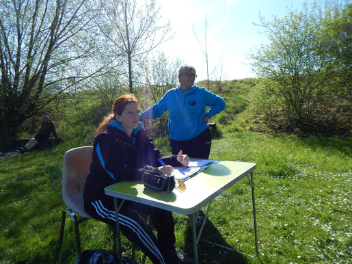 Das Kampfrichterduo Anette Borutta (links) und Gertrud Böhm. Ohne diese bewährten Kräfte wäre die Durchführung solcher Veranstaltungen nicht möglich.