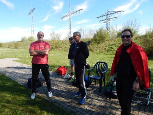 Kay Hemberger (Tus Badenweilter - links im Bild) im Gespräch mit Mitgliedern der starken Mannschaft vom TV Villingen.