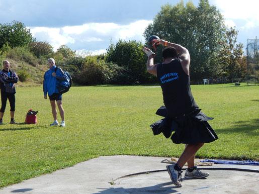Steffen Klein donnert das Super-Heavy-Weight (25,4 kg) auf 7,28 m.