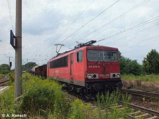 Einen langen Mischer wuchtet 155 070-6 am 16. Juli 2014 durch Leipzig-Thekla