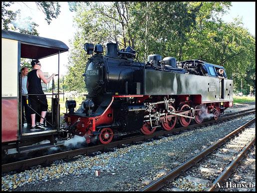 """In Heiligendamm kreuzen die zwei """"Molli-Züge"""" einander. Am 23. Juli 2014 fährt 99 2322-8 Tender voran in Richtung Kühlungsborn aus"""
